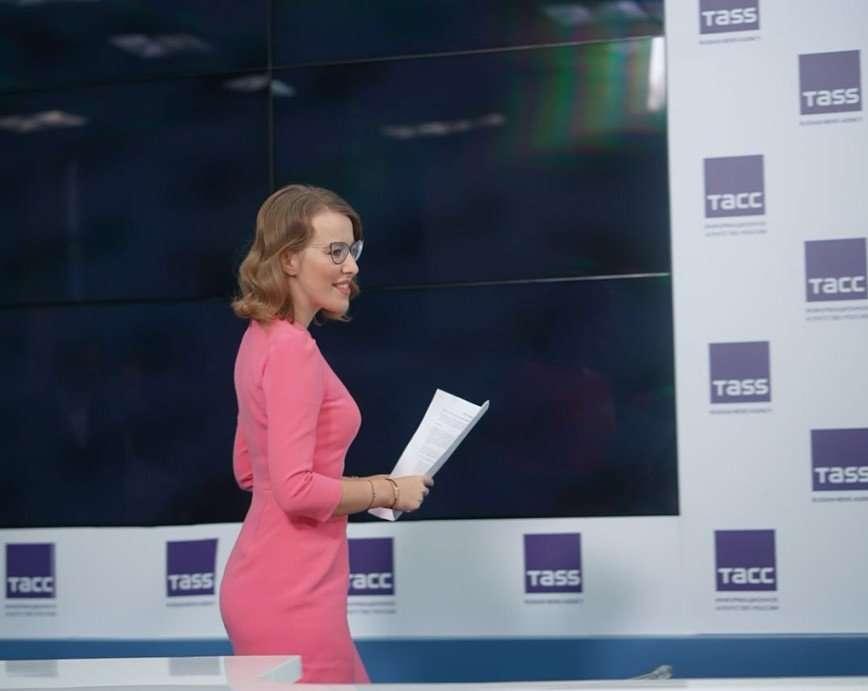 «Нескучный выбор»: Ксения Собчак провела пресс-конференцию в розовом платье
