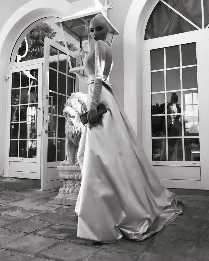 «Такой размер - перебор»: Алена Шишкова продемонстрировала грудь в откровенном платье