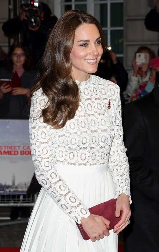 Кейт Миддлтон: белое платье, рыжий кот